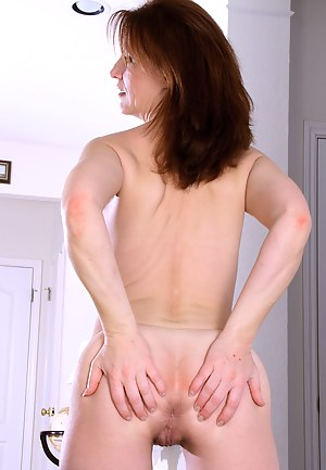 MILF Spread Ass Porn Pictures