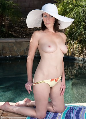 MILF Pool Porn Pictures